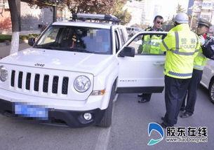 烟台女司机违法驾车对交警耍赖被连人带车拖走