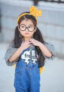 阿拉蕾4岁的时候参加的《爸爸去哪儿》,父母也都是普通人,所以阿拉蕾是以素人的萌物进入节目组的,不过四岁的阿拉蕾虽然年纪小,但是身上却没有那些不好的习性,所以在节目中收获了不少的粉丝,之后还出演了电视剧,所以小小年纪也是一个演员了。