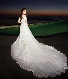 迪丽热巴一字肩婚纱绝美迷人吊带蕾丝裙身材凹凸有致