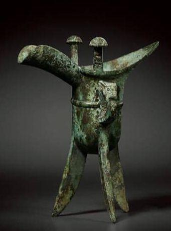 上图——殷商晚期的青铜鼎在众多青铜器种类中,殷商人最喜欢用作礼器的并不是我们熟知的青铜鼎,而是青铜觚和青铜爵。