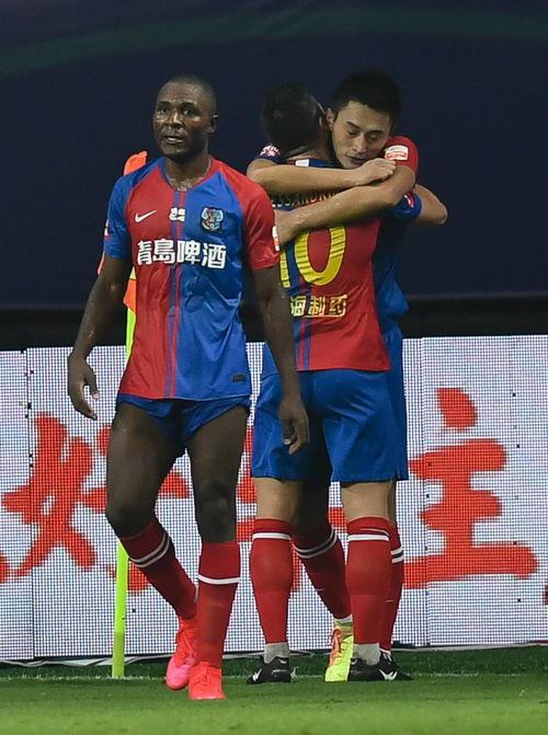 ↑8月27日,青岛黄海青港队球员亚历山德里尼(右)与河北华夏幸福队球员潘喜明在比赛中