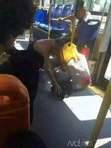 老人因弄脏公交车被司机驱赶跪下脱衣擦地场面令人心酸