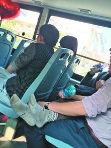 中年男女公交车上激吻半小时女方脱掉鞋袜