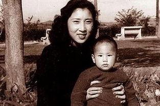 图为张灵甫夫人王玉龄与儿子合影.