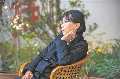 张桂梅在华坪女高校园里。
