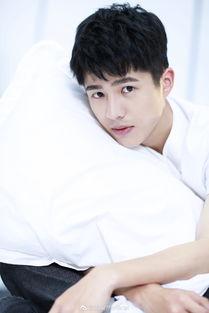 170923 刘昊然未公开私房写真曝光 白衣少年深情注视