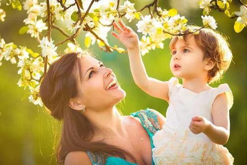 妈妈是孩子在世界上的第一个老师,从小到大,孩子有很多疑问都会去请教妈妈。