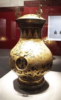 【西汉】鎏金银蟠龙纹瓶【西汉】鎏金青铜鹿灯【西汉】错金银嵌宝石青铜镇积极经营现世安稳,乐观期待身后不朽,一代一代的汉人,就在这种兴致勃勃的忙碌中打发走了数百年的岁月.