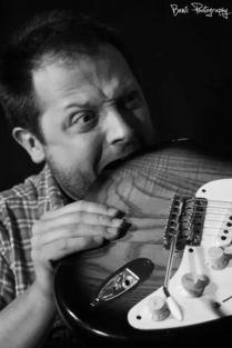 弹吉他培养什么气质