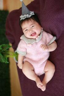 这个可爱的小女孩的表情也太丰富了,萌萌哒
