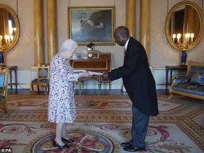 ▲6月24日星期天,女王与菲利普亲王在英国最著名的马球俱乐部御林军马球