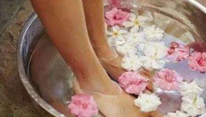 热水泡脚的好处和坏处(热水泡脚有坏处么?)