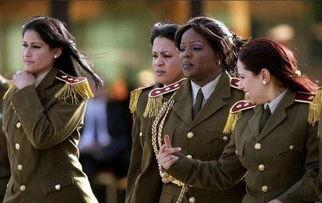 卡扎菲身着统一制服、妆容靓丽的女保镖