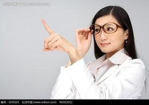 右手扶眼镜左手手指上指的女人图片免费下载 红动网