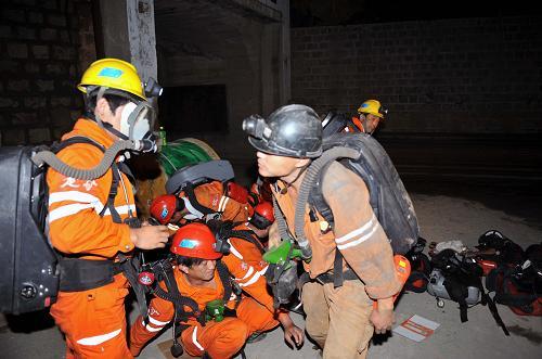 8月7日,山东招远罗山金矿,救援人员现场待命.