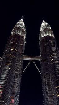 最后我们来到吉隆坡地标性建筑的石油双子塔,双子塔的夜景真的超美,这里有很多人拍照,我们大家玩的不亦乐乎。