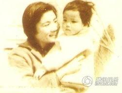 王菲与母亲罕见合影曝光 童年精灵萌照记录成长