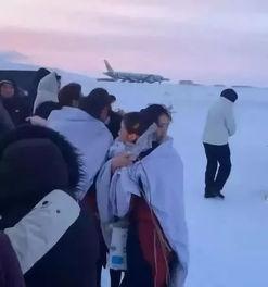 国航空姐冰雪中抱团取暖