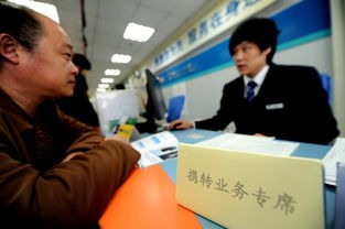...左)在天津一所中国移动营业厅内办理携号转网业务.-天津正式启动...