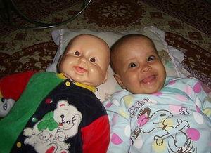 双胞胎娃娃 搞笑合影 萌宝和玩具娃娃真假难辨