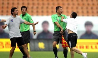 中超争议裁判三分钟出两红惨遭球迷飞踹