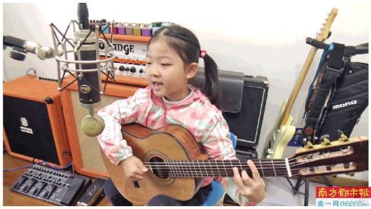 韩国很火弹吉他女孩