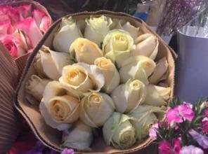 这种玫瑰350元一朵自带柔光 情人节钱包准备了麽
