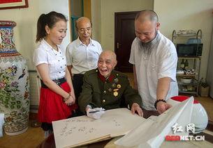 湖南艺术家尚游 宋旦八一前夕向老红军赠送作品