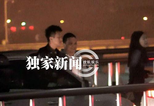 跑男邓超酷炫造型离京安检时颇费周折