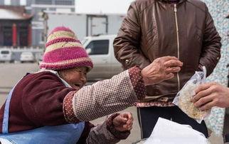 83岁老奶奶街边卖小吃,吃完结账的时候,老人的一个举动让人心寒