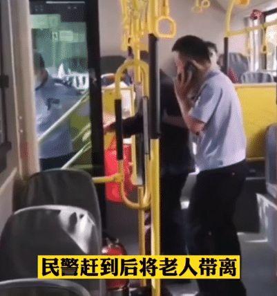 老人因不会扫码被全车人赶下公交,我们以后可能也一样
