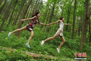 漂浮 在森林公园里的旗袍美女