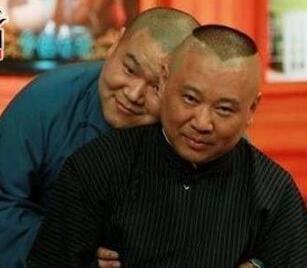 ▲岳云鹏和恩师郭德纲