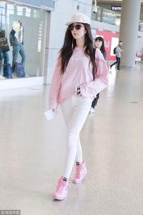 ▲娄艺潇穿淡粉色卫衣配白色长裤,脚踩粉色moschino球鞋.