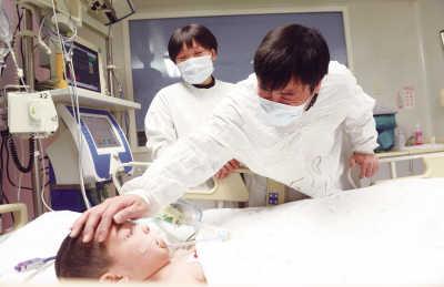7岁女童离世捐献器官救人靓靓离世,亲人难掩悲伤。