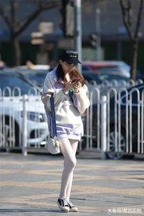 白色的长筒袜搭配一双帆布鞋,长腿的姑娘,有了邻家女孩的气质