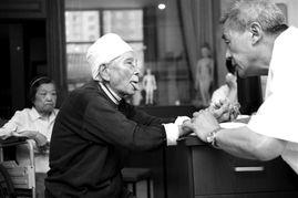 94岁老太王府井捡废品给七旬女儿治病