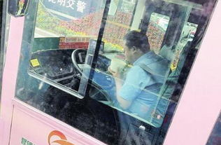 公交司机红灯吃饭网友批评理解阵容两边倒