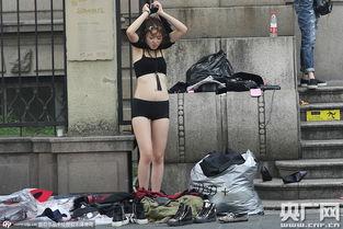 杭州街头女模当街更衣市民批不雅