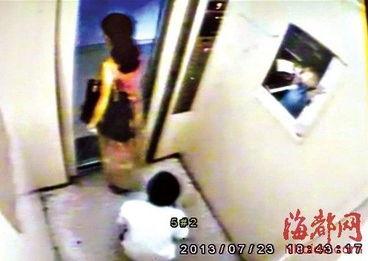 13岁少年电梯内撩少妇裙 偷看裙底风光遭打 图