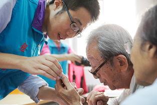 9月23日,甘东社区,志愿者程浩在为老人讲解如何使用微信.