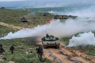在跨越-2016·朱日和a演习中,红军参演部队步兵和坦克协同作战.