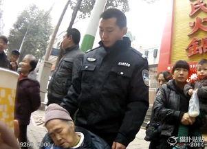 原标题:92岁老太迷路街边睡着民警伸腿让其靠1小时老人的背靠在王宇的大腿上,王宇