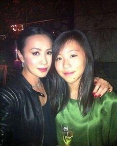 刘嘉玲与王菲长女窦靖童合影。