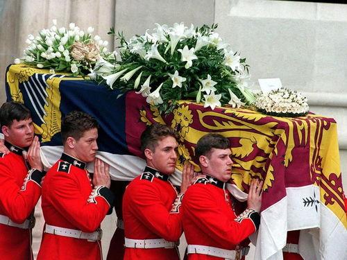 """根据《独立报》报道,菲利普亲王并不想""""大惊小怪""""地躺在威斯敏特大厅举行正式的国葬。"""