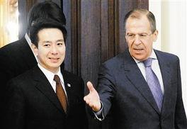 2月11日,在俄罗斯首都莫斯科,俄罗斯外长拉夫罗夫右会见到访的日本外相前原诚司.
