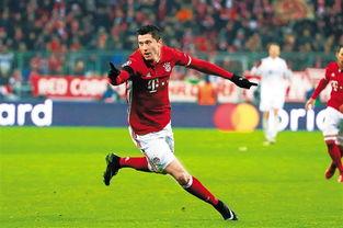 ↑拜仁慕尼黑队球员莱万多夫斯基庆祝进球.